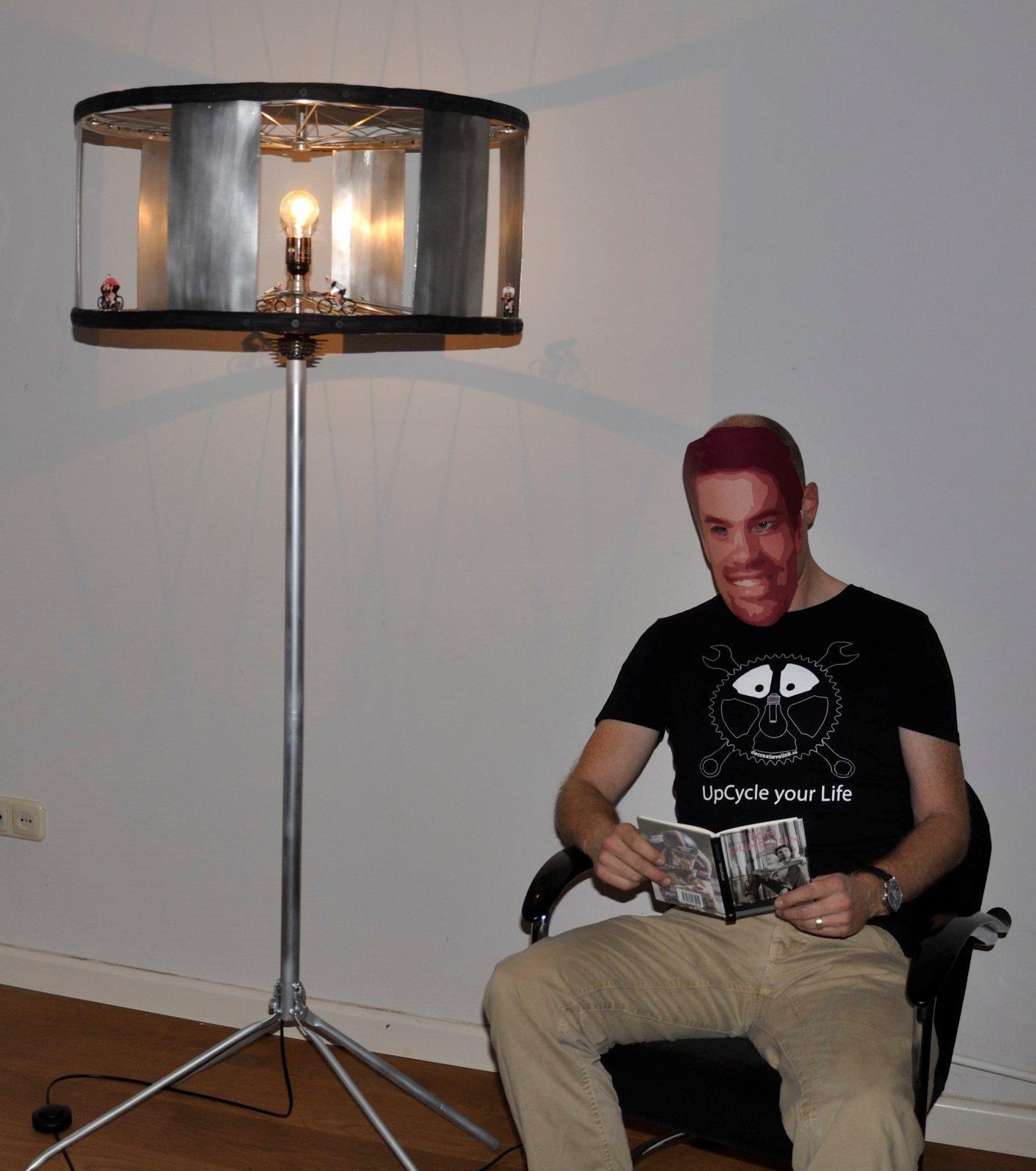 Bij Het Licht Van De Illuminator Leest Tom Een Biografietsje