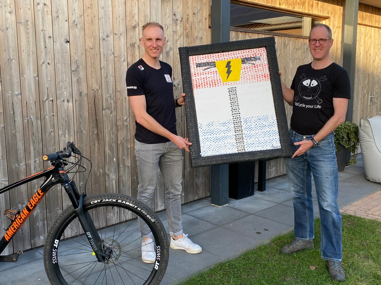 Hubert Van Soest Overhandigd Jeroen Van Eck NL Kampioen E-MTB Mountainbike Schilderij