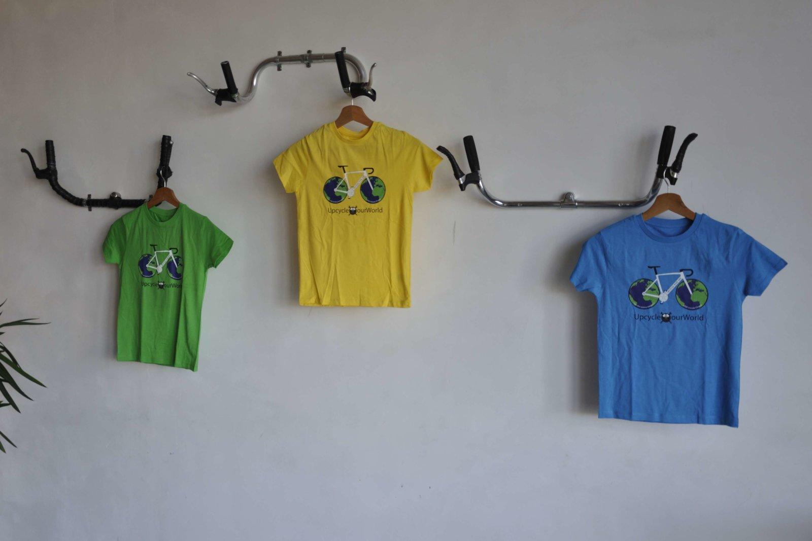 UpCycle our World kids bio katoenen t-shirt aan de Hangjefietsaaneenstuuraandemuur Fietsophangers