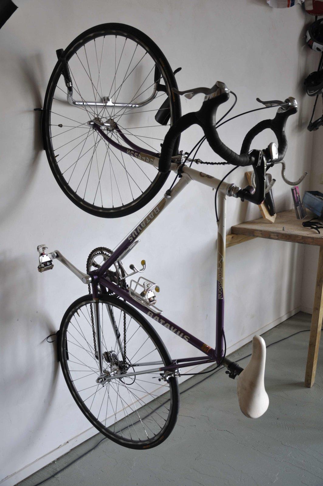 Hangjefietsaaneenstuuraandemuur fietsophangsysteem bij wielercafe Parijs is nog Ver