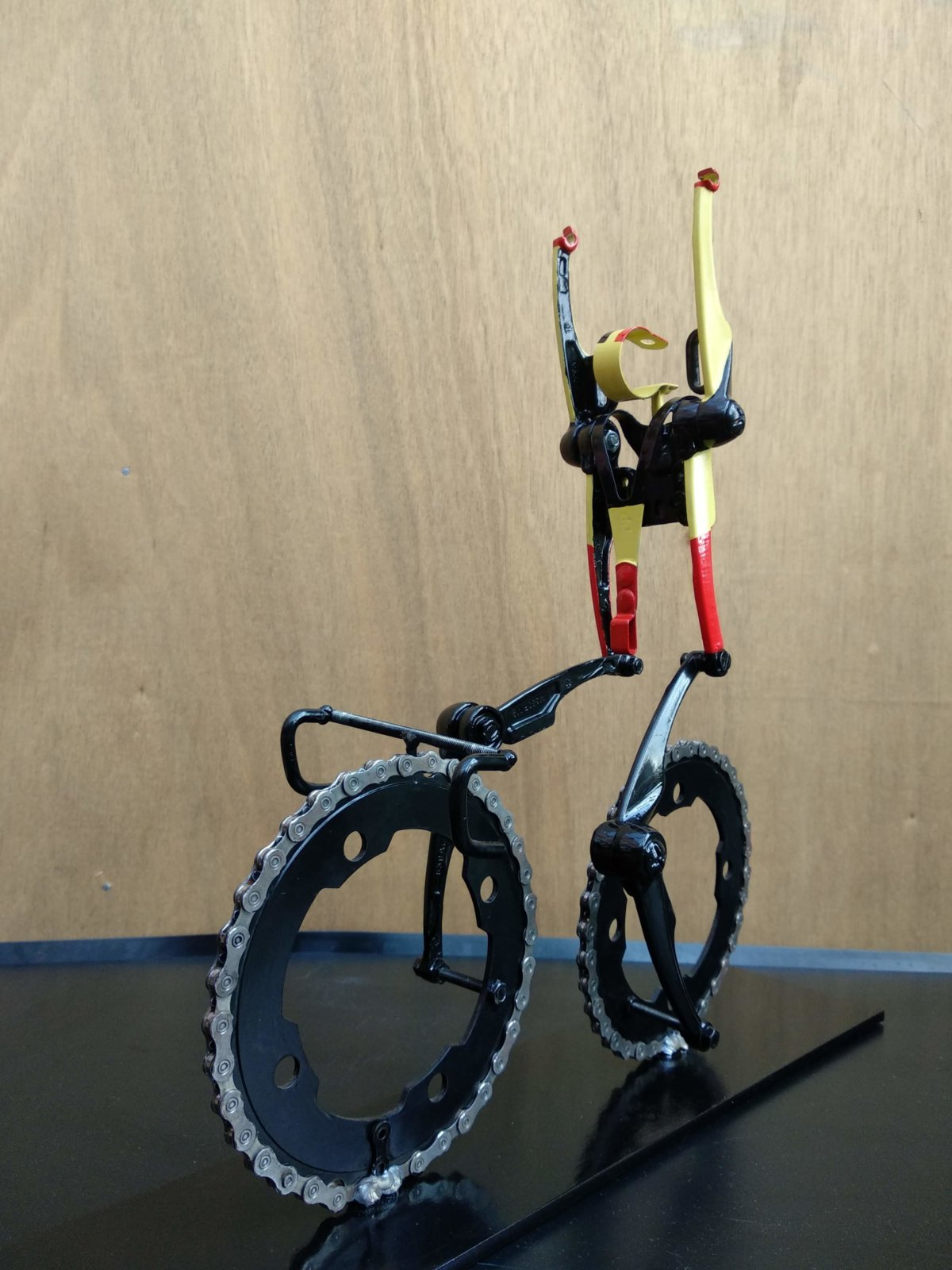 Fiets Sculptuur De Renner Met Handen Omhoog Created By Decreatievelink