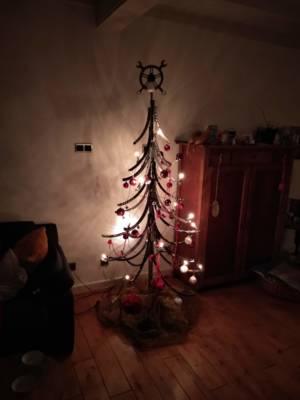 Kerstboom Upcycle Your Christmastree Van Fietsvelgen Versiert Met Licht, Slingers En Ballen