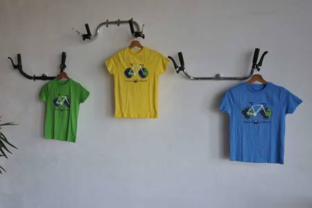 UpCycle our World kids bio katoenen t-shirt aan de Hangjefietsaaneenstuuraandemuur Fietsophangers