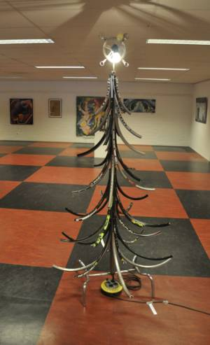 Upcycle your christmastree fietskunst kerstboom van fietsvelgen