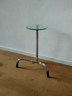 Design Bijzettafel EMPO Met Glazen Tableau En Verchroomd Metalen Stuur En Stang